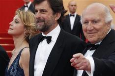 """O diretor Nanni Moretti (centro) e os atores Margherita Buy (esquerda) e Michel Piccoli posam ao chegar ao carpete vermelho para a exibição do filme """"Habemus Papam"""", competindo no 64o Festival de Cannes, 13 de maior de 2011. REUTERS/Vincent Kessler"""
