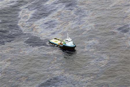 An aerial view is seen of oil that seeped off the coast of Rio de Janeiro, caused by a well drilled by Chevron at Frade, on the water in Campos Basin in Rio de Janeiro state November 18, 2011. REUTERS/Rogerio Santana