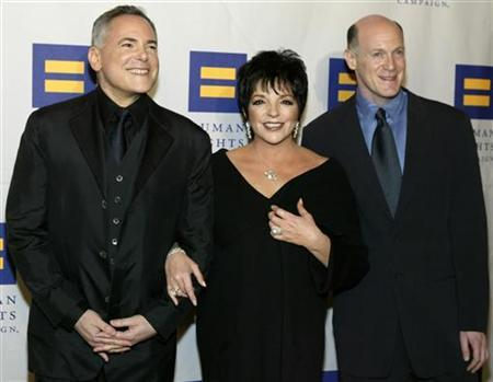 Actress and singer Liza Minnelli arrives at the Human Rights Campaign Annual Gala with award recipients Craig Zadan (L) and Neil Meron, in Los Angeles March 6, 2004. REUTERS/Lucy Nicholson
