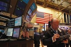Трейдер работает в торговом зале биржи на Уолл-стрит в Нью-Йорке, 12 марта 2012 года. Индекс S&P 500 закрылся в четверг выше 1.400 пунктов впервые с финансового кризиса 2008 года. REUTERS/Adam Hunger