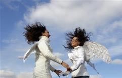 Девушки с ангельскими крыльями танцуют на промо-акции цирка Cirque du Soleil в Москве, 30 сентября 2010 года. Наступающие выходные принесут в Москву долгожданное весеннее потепление, прогнозируют синоптики. REUTERS/Denis Sinyakov