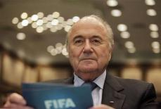 """O presidente da FIFA Joseph Blatter chega ao Rio de Janeiro, 29 de julho de 2011. Blatter desejou nexta sexta-feira que o Congresso Nacional tome uma """"sábia decisão"""" sobre a Lei Geral da Copa, que define regras para a realização do Mundial de 2014 e da Copa das Confederações em 2013 no Brasil. REUTERS/Ricardo Moraes"""