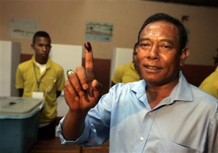 East Timor's presidential candidate Fernando ''Lasama'' de Araoujo shows off his inked finger after casting his ballot during the presidential election in Aimutin, Dili March 17, 2012. REUTERS/Lirio Da Fonseca