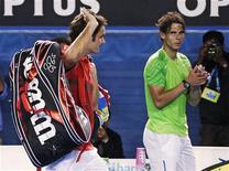 O suíço Roger Federer caminha ao lado do espanhol Rafael Nadal (direita) enquanto deixa a quadra após a semi-final do Australia Open em Melbourne, 26 de janeiro de 2012. O tricampeão Federer e o bicampeão Nadal venceram suas partidas de quartas de final no torneio de Indian Wells na sexta-feira, criando uma grande expectativa para os confrontos das semifinais. REUTERS/Tim Wimborne