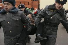 """Полицейские задерживают участника митинга около """"Останкино"""" 17 марта 2012 года. Митинг у стен телецентра в Москве, на который в воскресенье пришли несколько сотен возмущенных """"разоблачительным"""" сюжетом НТВ об оппозиции, закончился стычками с полицией и задержанием десятков человек. REUTERS/Konstantin Koutsyllo"""