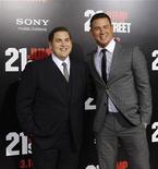 """Исполнители главный ролей в фильме """"Мачо и ботан"""" Джона Хилл (слева) и Ченнинг Татум на премьере картины в Голливуде, 13 марта 2012 года.  Комедия """"Мачо и ботан"""" (""""21 Jump Street"""") стала лидером североамериканского проката в минувший уикенд, стартовав лучше, чем того ожидал дистрибьютор, и потеснив победителя двух прошлых недель - мультфильм """"Лоракс"""". REUTERS/Mario Anzuoni"""