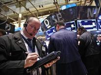 Трейдеры работают в торговом зале биржи Уолл-стрит в Нью-Йорке, 15 марта 2012 года. После очередной недели роста инвесторы начинают задумываться, возможно ли продолжение ралли фондового рынка без какой-либо коррекции или снижения. REUTERS/Brendan McDermid