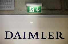 Логотип Daimler на ежегодной пресс-конференции в Штутгарте, 18 февраля 2010 г. Федеральная антимонопольная служба РФ разрешила немецкому автоконцерну Daimler увеличить долю в крупнейшем российском производителе грузовиков Камазе до 25 процентов плюс одна акция, говорится в сообщении службы. REUTERS/Johannes Eisele