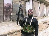 Солдат Свободной сирийской армии патрулирует пригород Идлиба, 15 марта 2012 года. Ожесточенная перестрелка вспыхнула между боевиками Свободной сирийской армии и войсками, лояльными президенту Башару аль-Асаду, в сирийской столице Дамаск, сообщили в понедельник очевидцы. REUTERS/Stringer