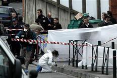 Полиция Франции на месте убийства у еврейской школы в Тулузе 19 марта 2012 года. По крайней мере четыре человека, в том числе трое детей, погибли в результате стрельбы, открытой вооруженным мужчиной на мопеде у еврейской школы в Тулузе, который затем скрылся с места преступления, сообщили городские власти. REUTERS/Jean-Philippe Arles