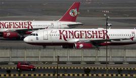 <p>La compagnie aérienne indienne en difficulté financière Kingfisher Airlines pourrait se voir retirer sa licence en cas de non respect des normes en matière de sécurité et de viabilité financière, selon le ministre indien de l'Aviation, Ajit Singh. /Photo prise le 21 février 2012/REUTERS/Parivartan Sharma</p>