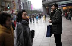 <p>Dans le centre de Shanghai, le mois dernier. La Chine, premier marché mondial de la téléphonie mobile, a vu le nombre de ses abonnés aux services mobiles augmenter de 1,23% en février, pour atteindre 999,7 millions. /Photo prise le 9 février 2012/REUTERS/Carlos Barria</p>
