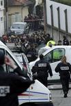 Полиция работает на месте преступления около еврейской школы города Тулузы, 19 марта 2012 года. Полиция прочесала во вторник юго-запад Франции в поисках человека, застрелившего днем ранее трех детей и раввина в еврейской школе города Тулузы. REUTERS/Jean-Philippe Arles