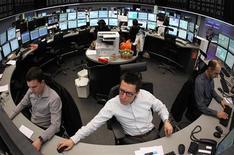 Трейдеры работают в торговом зале фондовой биржи во Франкфурте-на-Майне, 14 февраля 2012 года. Европейские рынки акций открылись небольшим снижением во вторник. REUTERS/Alex Domanski