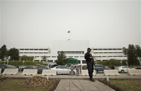 A policeman stands watch outside the parliament building in Islamabad March 20, 2012. REUTERS/Faisal Mahmood