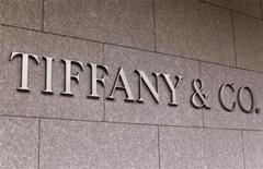 <p>Tiffany, qui dit anticiper une hausse de son résultat annuel grâce à son développement en Asie et en Amérique, à suivre mardi sur les marchés américains. /Photo prise le 19 mars 2012/REUTERS/Mike Blake</p>