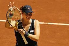 Теннисистка Алиса Клейбанова радуется победе в мачте против Шахар Пеер в Мадриде, 2 мая 2011 года. Российские теннисистки Алиса Клейбанова и Екатерина Макарова выиграли во вторник первые матчи на турнире в Майами. REUTERS/Juan Medina