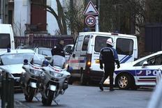 Полицейское оцепление на улице во время операции по задержанию подозреваемого в бойне у еврейской школы в Тулузе 21 марта 2012 года. Двое полицейских были ранены в перестрелке с молодым человеком, который, как полагают, несет ответственность за убийство четырех человек, включая трех детей, в еврейской школе, а также трех военнослужащих на юго-западе Франции. REUTERS/Pascal Parrot