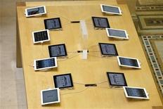 Планшетные компьютеры Apple iPad в магазине в Париже 16 марта 2012 года. Новый iPad от Apple Inc за 45 минут интенсивной игры нагрелся до температуры 47 градусов Цельсия, что на 8 градусов выше, чем предыдущая версия популярного планшета в тех же условиях, сообщает влиятельный обозреватель Consumer Reports. REUTERS/Charles Platiau