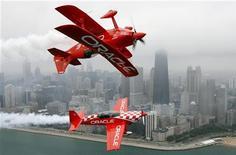 Самолеты команды Oracle во время выполнения трюка в небе над Чикаго, 16 августа 2007 года. Прибыль Oracle Corp без учета единовременных выплат за квартал к концу февраля составила 62 цента на акцию, заметно превысив ожидания аналитиков благодаря продажам нового программного обеспечения. REUTERS/John Gress