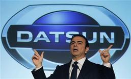 Глава Nissan Motor Co. Карлос Гон на пресс-конференции в Джакарте 20 марта 2012 года. Японский автоконцерн Nissan планирует довести продажи бюджетных автомобилей под брендом Datsun на рынке России до 100.000 единиц в год к 2016 году, сказал журналистам в среду глава Ниссан-Восток Франсуа Гупиль де Буйе. REUTERS/Enny Nuraheni