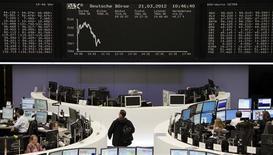 <p>Après deux séances de repli, les Bourses européennes progressent très légèrement à mi-séance: vers 13h, le CAC 40 gagne 0,19% à Paris, la Bourse de Francfort avance de 0,24% et celle de Londres prend 0,13%. /Photo prise le 21 mars 2012/REUTERS/Remote/Antonio Bronic</p>