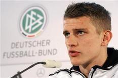 Lars Bender, meio de campo do Bayern Leverkusen e da seleção da Alemanha, fala em coletiva de imprensa, em Bremen. Bender estendeu o seu contrato com o Bayer Leverkusen em dois anos até 2017.  27/02/2012  REUTERS/Fabian Bimmer