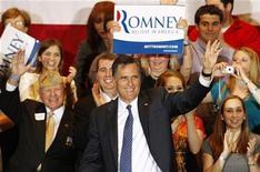 Кандидат в президенты США от Республиканской партии Митт Ромни в Шомбурге, штат Иллинойс 20 марта 2012 года. Республиканец Митт Ромни легко одержал победу над своим главным соперником Риком Санторумом в штате Иллинойс во вторник, что еще на шаг приблизило его к возможности стать кандидатом на пост президента. REUTERS/Jeff Haynes