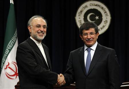 Turkey's Foreign Minister Ahmet Davutoglu and his Iranian counterpart Ali Akbar Salehi (L) shake hands after a news conference in Ankara January 19, 2012. REUTERS/Umit Bektas