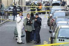 Полиция на месте взрыва у посольства Индонезии в Париже 21 марта 2012 года. Взрыв бомбы произошел в среду утром перед посольством Индонезии в Париже, сообщил министр политики и безопасности Индонезии Дьеко Суянто, добавив, что в происшествии никто не пострадал. REUTERS/Benoit Tessier