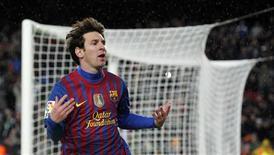Lionel Messi, do Barcelona, comemora seu segundo gol durante partida contra o Granada pelo campeonato espanhol no estádio Camp Nou, em Barcelona. 20/03/2012  REUTERS/Albert Gea