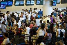 <p>Touristes à l'aéroport de Cancun, au Mexique. L'aviation est un secteur économique qui, avec le fret, le tourisme, les sous-traitants et les quelque 1.500 compagnies aériennes, représente au total plus de 56 millions d'emplois directs ou indirects et génère des ressources qui en ferait à lui seul l'équivalent de la 19e économie mondiale, indique un rapport d'Oxford Economics pour le compte de l'organisme professionnel Air Transport Action Group (ATAG). /Photo d'archives/REUTERS/Victor Ruiz</p>