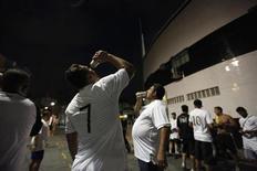 Torcedores de futebol bebem cerveja comprada fora do Estádio do Santos antes de uma partida de primeira divisão em Santos, 7 de março de 2012. O presidente da Câmara, deputado Marco Maia (PT-RS), afirmou que a Lei Geral da Copa será colocada em pauta na tarde desta quarta-feira, mesmo não havendo acordo com a oposição. REUTERS/Paulo Whitaker