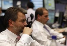 Трейдеры работают в торговом зале Франкфуртской фондовой биржи, 2 января 2012 года. Европейские рынки акций открылись снижением. REUTERS/Ralph Orlowski