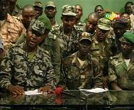 Участники военного мятежа в Мали в студии телеканала ORTM в Бамако 22 марта 2012 года. Фотография сделана во время ТВ-трансляции. Военный переворот в Мали привел к свержению действующей власти, и армия постарается передать страну в руки нового, избранного демократическим путем правительства, сообщили военные в обращении на государственном ТВ в четверг. REUTERS/Mali TV via Reuters TV