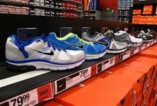 <p>Nike fait état jeudi soir d'un bénéfice supérieur aux attentes au titre du troisième trimestre de son exercice décalé et d'une hausse de ses commandes futures. /Photo prise le 20 mars 2012/REUTERS/Mike Blake</p>