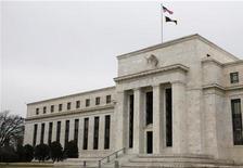 """Здание ФРС США в Вашингтоне, 26 января 2010 года. Федеральная резервная система (ФРС) США должна быть осторожна с """"чрезмерной приверженностью"""" ультрамягкой монетарной политике, которая хорошо послужила американской экономике в последние годы, но может отрицательно сказаться на ней в конечном счете, заявил в пятницу высокопоставленный представитель ФРС.  REUTERS/Jason Reed"""