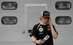 Piloto de F1 Kimi Raikkonen caminha na área do padoque após a segunda sessão de treino do GP da Malásia. Raikkonen será penalizado em cinco posições no Grande Prêmio da Malásia, no domingo, após a Lotus ter substituído a caixa de câmbio do seu carro nesta sexta-feira. 23/03/2012   REUTERS/Samsul Said