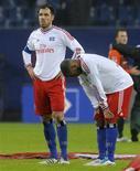 Westermann (E) e Aogo (D) do Hamburg reagem após partida contra o Werder Bremen em partida da Bundesliga em Hamburgo. O Wolfsburg venceu o Hamburg por 2X1 na sexta-feira e se mantém na disputa por um lugar no campeonato europeu, deixando seu adversário na luta contra o rebaixamento, depois de sofrer a quarta derrota consecutiva. Foto de arquivo. 18/02/2012  REUTERS/Fabian Bimmer