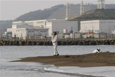 A man fishes near Tokyo Electric Power Co.'s (TEPCO) Kashiwazaki-Kariwa nuclear plant in Kashiwazaki, Japan May 9, 2009. REUTERS/Toru Hanai