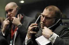 Трейдеры работают в торговом зале Лондонской биржи металлов в Лондоне, 14 февраля 2012 года. Европейские рынки акций открылись повышением котировок. REUTERS/Luke MacGregor