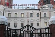 Здание банка Санкт-Петербург в Москве, 30 января 2010 года. Чистая прибыль банка Санкт-Петербург, рассчитанная по международным стандартам, в 2011 году выросла на 43,0 процента до 5,88 миллиарда рублей, оказавшись ниже консенсус-прогноза аналитиков, сообщил банк в понедельник. REUTERS/Alexander Natruskin
