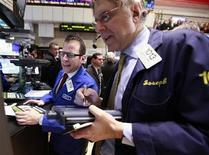 """Трейдеры работают в торговом зале фондовой биржи на Уолл-стрит в Нью-Йорке, 19 марта 2012 года. Портфельные менеджеры будут совершать на этой неделе покупки в последнюю секунду, приобретая лучшие акции по результатам рыночного ралли, принимая участие в традиционном ритуале """"причесывания баланса"""" в конце квартала. REUTERS/Brendan McDermid"""