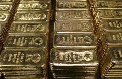 Слитки золота на заводе в швейцарском Мендризио, 13 ноября 2008 года. Цены на золото держатся вблизи $1.660 после первого за четыре недели роста на прошлой неделе. REUTERS/Arnd Wiegmann