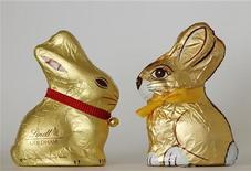 Шоколадные зайцы компаний Lindt (слева) и Hauswirth в Вене, 26 марта 2012 года. Австрийская шоколадная компания Hauswirth вынуждена прекратить производство пасхальных зайцев, внешне напоминающих зверюшек, изготавливаемых швейцарской Lindt & Spruengli, заявил суд после восьмилетней судебной тяжбы. REUTERS/Heinz-Peter Bader