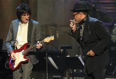 Bobby Womack (R) performs with Ronnie Wood of the Rolling Stones at the Rock and Roll Hall of Fame 2009 induction ceremonies in Cleveland, Ohio April 4, 2009.REUTERS/Aaron Josefczyk