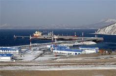 Российский порт Козьмино, находящийся в 100 километрах к востоку от Владивостока, 28 декабря 2009 года. Финансовые показатели российского портового оператора Global Ports в 2011 году улучшились благодаря росту контейнерного рынка, за счет него компания рассчитывает расти и в 2012 году. REUTERS/Yuri Maltsev