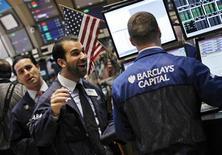 Трейдеры работают в торговом зале биржи на Уолл-стрит в Нью-Йорке, 21 февраля 2012 года. Уолл-стрит в понедельник восстановилась после неудачной прошлой недели, когда глава ФРС Бен Бернанке дал понять, что центробанк продолжит проводить поддерживающую монетарную политику, несмотря на видимые улучшения на рынке труда. REUTERS/Brendan McDermid