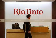 Мужчина стоит в офисе компании Rio Tinto в Шанхае, 12 января 2010 года. Горнорудный гигант Rio Tinto рассматривает целесообразность продажи алмазодобывающего подразделения стоимостью $1,2 миллиарда, чтобы увеличить добычу более прибыльных видов сырья - железной руды, меди и урана, сообщила компания во вторник. REUTERS/Aly Song