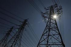 Линии электропередач на севере Англии, 2 июля 2009 года.  Подконтрольная АФК Системе энергокомпания Башкирэнерго выкупит у несогласных с разделением компании акционеров бумаги по цене 33,42 рубля за обыкновенную акцию и 25,39 рубля за привилегированную, говорится в ее сообщении. REUTERS/Nigel Roddis